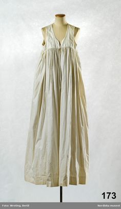 Livkjol, Swedish traditional chemise to be worn beneath the outer dress Antique Clothing, Historical Clothing, Retro Fashion, Vintage Fashion, Period Outfit, Empire Style, Margiela, Folk Costume, Vintage Vogue