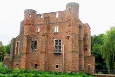 Het Groot Kasteel is in 1456 als een gotisch vierkant gebouw met enige invloeden van de renaissance gesticht door de heren van Doerne. Deze familie bezat al in 1383 goederen in 't Haghe-Eynde. In de kelder van het kasteel bevond zich een gevangenis. In 1651 kocht Rogier van Leefdael het kasteel en twee jaar later en rond 1750 is het kasteel verbouwd, maar bij een restauratie in 1908 is het weer teruggebracht naar de vorm uit het begin van de 17e eeuw.