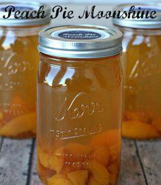 Cadeau un pot de cette Peach Pie Moonshine aux invités lors de votre prochaine fête.  Obtenir la recette sur Addicted 2 bricolage.