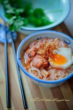 中日合璧。红酒鸡面线搭个日式溏心蛋 Red Wine Mee Sua mixed Japanese Runny Egg