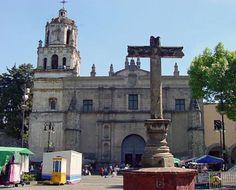 Éste es el Coyoacan. Éste como es un barrio en Mexico City. Los turistas les gusta visitar un museo y comprar churros. En la noche, muchos restaurantes están todavía abiertas.
