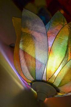 Un bellissimo bocciolo dai colori freschi e chiari, che può essere usato sia appeso al soffitto, come lampadario che appoggiato su un mobile a seconda di come lo preferite. la lampada è realizzata utilizzando delle immagini create dal fotografo Pier Balen, rappresentanti degli astratti, e delle foglie in colori pastello tinta su tinta. La lampada è interamente realizzata a mano in resina e come tutte le nostre lampade è un pezzo unico irripetibile. Siamo sempre disponibili a creare una…