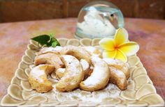 Vanillekipferl - Kue sehat berbahan dasar kacang hazelnut dan aroma vanilla yang gurih dan lembut. Vanila sendiri mempunyai sifat yang menenangkan, sehingga sering dipakai untuk relaksasi bagi tempat-tempat spa. Total kalori: 1030 kcal, Harga: Rp 62.500,- /box, Berat Netto: 250gr