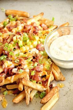 Copy Cat Aussie Cheese Fries - These loaded french fries make an excellent side dish, appetizer, or snack idea! Appetizer Recipes, Dinner Recipes, Party Appetizers, Recipe Collector, Great Recipes, Favorite Recipes, Copykat Recipes, Gula, Chefs