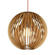 Lámpara de suspensión en láminas de madera plywood. Una original composición que iluminará estancias con auténtico estilo. Combina con direntes estilos decorativos. Funciona con bombila E27 1x40W no incluida.