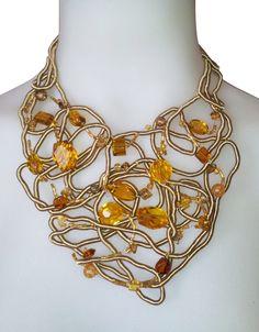 *CORDON DE SEDA CON GEMAS* Cordón de seda cosido a mano, rebordado con alambre de acero inoxidable hiper finito y gemas de vidrio.