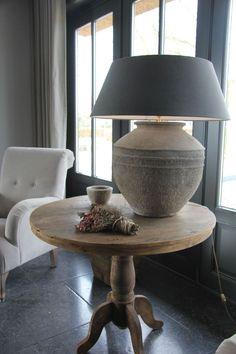 Wijntafel en lamp