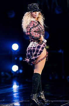 beyonce flawless | Cheeky! Beyonce offers fans a playful rear view in 'flawless' shirt ...
