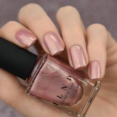Flower Girl is a refined and classy, soft vintage pink nail polish. Carefully accented with gold flakes and a silky smooth linear holographic finish, Flower Girl really is a subtle beauty. The strict use of extra fine, top shelf holographic pigment g Nail Polish Designs, Nail Art Designs, Nails Design, Salon Design, Ongles Roses Clairs, Pink Holographic Nails, Rose Vintage, Flower Vintage, Pink Nail Polish