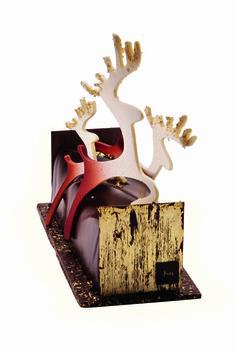 Noël 2013 - Bûche Conte de Noël – La Maison du Chocolat. Fin biscuit sacher aux amandes, sabayon et fine gelée au champagne Blanc de Noir, dés de poire Williams rouge des Alpes poêlés et flambés à l'alcool de poire, mousse au chocolat pure Origine Madagascar, cuvés exclusive. Socle de plaque croquante de chocolat. Embouts en chocolat recouverts de feuille d'or. Décor de rennes en chocolat ivoire, pulvérisés de chocolat noir. 6/8 personnes. 120 euros.