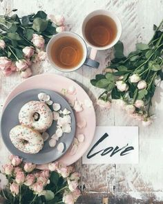 Tea and donut breakfast flatlay with roses - Love flatlay Flat Lay Photography, Food Photography, Photography Aesthetic, Macaroons, Donuts, Brit, Flatlay Styling, Homer Simpson, Foto Art