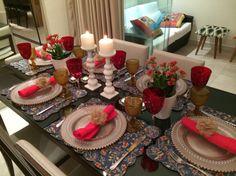 MESA DO DIA: Para um jantar, vermelho e dourado