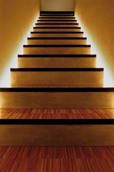 Escaleras de madera iluminaci n led en la pared escaleras pinterest interiores y led - Iluminacion led escaleras ...