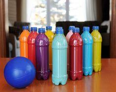Jogo de boliche com garrafa pet é sustentável, mas muito divertido (Foto: u-createcrafts.com)