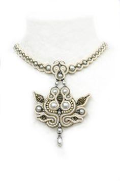 off-white : White soutache necklace Soutache Pendant, Soutache Necklace, Soutache Tutorial, Beaded Jewelry, Handmade Jewelry, Ideas Joyería, Pearl Choker, Pearl Necklaces, Passementerie