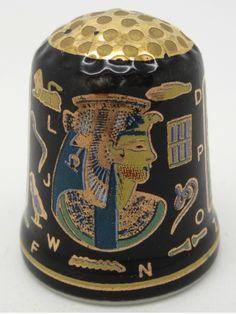 Dedal de cerámica con motivos egipcios de Cleopatra.