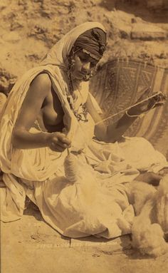 History in Photos: century photographs Algerian woman spinning wool. African Beauty, African Women, African Tribes, Spinning Wool, Spinning Wheels, Hand Spinning, Cultural, People Of The World, North Africa