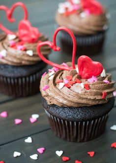 New Cupcakes San Valentn White Chocolate Ideas Neue Cupcakes San Valentn Weiße Schokolade Gourmet Cupcakes, Cupcake Bakery, Beautiful Cake Pictures, Beautiful Cakes, Yummy Treats, Sweet Treats, Cake Candy, Cupcake Recipes From Scratch, Valentines Food