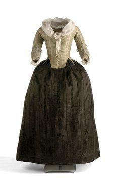 BASQUIÑA: Es una falda usada por las damas desde el siglo XVI al XIX. Normalmente era de color negro y estaba asociada a las ceremonias más solemnes.