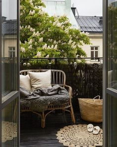 ideas for apartment patio furniture small balconies living rooms Apartment Balcony Garden, Apartment Balcony Decorating, Apartment Balconies, Cool Apartments, Apartment Living, Living Rooms, Interior Balcony, Balcony Gardening, Home Design