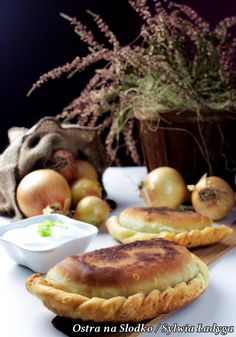 CZEBUREKI – smażone pierogi z mięsem – kuchnia tatarska | Ravioli, Camembert Cheese, Pierogi, Pizza, Dinner, Recipes, Food, Meal, Suppers