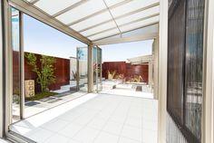 広々としたガーデンルームは三協立山アルミのハピーナです。従来のガーデンルームのパネルはポリカーボネートだったの対し、ハピーナはすべて本物のガラスなので透明度が違います。折り戸パネルを全開にすれば、本物の開放感が味わえます。