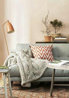 Grey sofa, orange lamp and cushion, knitted throw   Sofa gris, lámpara y cojín naranja, manta de punto · www.chic-deco.com