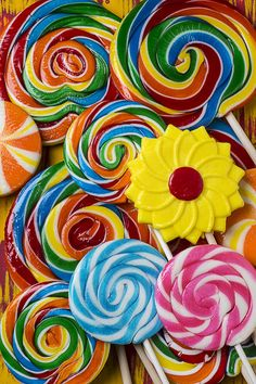 Yummy Candy Suckers by Garry Gay Rainbow Lollipops, Rainbow Candy, Candy Photography, Sugar Love, Candy Art, Food Patterns, Colorful Candy, Candy Store, Over The Rainbow
