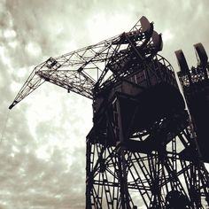 Mundo grúa.  #gruas #estructuras #structures #puerto #port #B&W #contrastes #cielo #sky #PuertoMadero #BuenosAires #Argentina  (en Puerto Madero. Buenos Aires)
