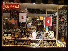 Vitrine de livraria e bazar com relógios em harmonia de tamanhos e formas