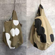 片手バッグはまだまだ続くのだ。 #片手バッグ #バッグ #シルクスクリーン #マルそじるし #白と黒 Patchwork Patterns, Leather Fabric, Tote Purse, My Bags, Mini Bag, Fashion Bags, Bag Accessories, Reusable Tote Bags, Textiles