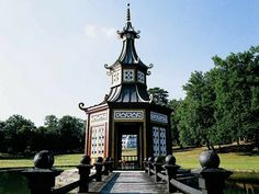 Los jardines de Chateau de Groussay. La pagoda china fue encontrada en Roma por Emilio Terry en 1968. El estanque y las islas fueron creadas especialmente para la Pagoda.