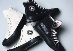 COMME des Garcons x Converse Chuck Taylor. The COMME des Garcons x Converse Chuck Taylor Black and White Collection releases November Moda Converse, Style Converse, Converse Men, Converse All Star, New Sneakers, Classic Sneakers, High Top Sneakers, Converse Chuck Taylor Black, White Chuck Taylors