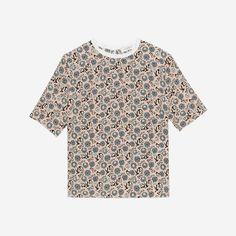 """Tee-shirt Sandro à manches courtes, à col rond. Imprimé """"Peace and Love"""" all over sauf sur le col. Petites fentes dans le dos tout du long. A porter avec un jean pour un look casual chic."""