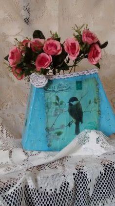 Vaso produzido com material reciclado. Material tingido na cor azul e completando com decoupage de pássaros. Divertido e bonito