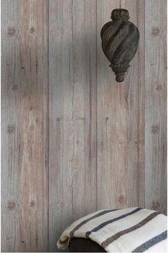 Beah Wood   Regali lasciati dal mare. Vecchie assi di legno portate dalle onde sulla spiaggia, per uno #stilecostiero. #cartadaparatideglianni70 #cartadaparati #decorazionemare #legnoeconchiglie #coastalstyle Wood Effect Wallpaper, Rustic Wallpaper, Wallpaper Decor, Wallpaper From The 70s, Deco Marine, Coast Style, Wooden Boards, Style Rustique, Deco Addict