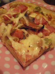 Cristina's world: Pizza cu blat din paine Pizza Lasagna, Romanian Food, Hawaiian Pizza, Chutney, Food And Drink, Cooking Recipes, Pasta, Snacks, Baking