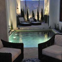 Vista do quarto do hotel com piscina privativa.
