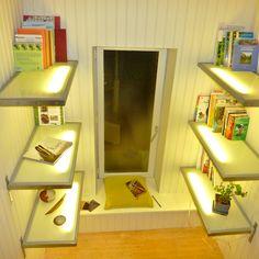 Étagères lumineuses pour un coin lecture tout simple.  Raviers et sculpture de l'artisan potier Ignace  :-)