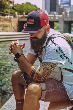 Chain Men Style Designs and hat styles for all men and women to wear. Hat Styles, Hipster Man, Mens Trends, Body Poses, Beard Tattoo, Fashion Outfits, Mens Fashion, Bearded Men, Beautiful Men