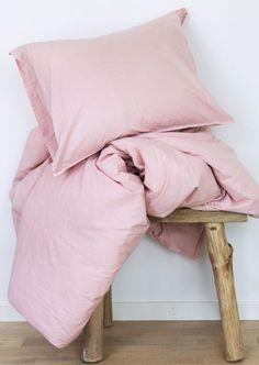 Att investera i ett nytt påslakan är ett bra sätt att snabbt och enkelt förnya i sitt sovrum.   Gripsholm har tagit fram ett fräscht och härligt påslakan med tillhörande örngott i fin washed percale. Färgen är rosa och passar i alla hem.   Materialet är 100 % bomull och kan tvättas i 60 grader.
