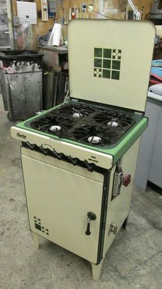 compact stove w/ lid; great for kitchen w/ limited counter space Kitchen Stove, Old Kitchen, Vintage Kitchen, Kitchen Ware, Kitchen Appliances, Art Deco Furniture, Antique Furniture, Bauhaus, Art Deco Kitchen