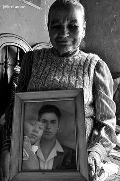 Los abuelos y nietecito en el reflejo.
