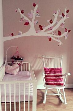 Babykamer meisje boom Babyroom babygirl tree  Tak op de muur geverfd  Van behang blaadjes geknipt Op de muur geplakt met behangplaksel