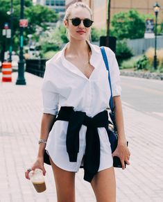 Candice Swanepoel Casual and Comfort Summer Outfits Oversized Shirt Outfit, Oversized White Shirt, White Shirt Outfits, Cute Outfits, Modern Outfits, Candice Swanepoel Style, Différents Styles, Look Short, Modelos Fashion