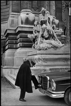 Henri Cartier-Bresson: Paris, 1967. In front of the Petit Palais museum.