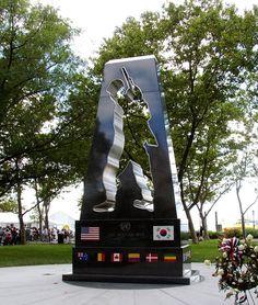 dit is een monument van de oorlog en alle gesneuvelde. die uiteindelijk voor niks zijn gesneuveld want ze hebben een wapenstilstand gehouden en hebben het nooit uitgevochten.