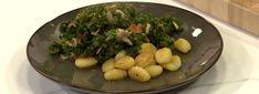 Mounir maakt gnocchi met een boerenkool-tomatensaus.