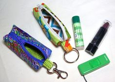 Taschen Sids In Stitches: Tutorial on making a zippered lip balm case with a swivel hook- super cute Small Sewing Projects, Sewing Projects For Beginners, Sewing Hacks, Sewing Tutorials, Sewing Crafts, Free Tutorials, Mini Pochette, Usb Stick, Diy Lip Balm