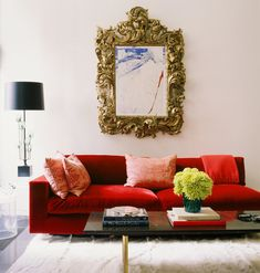 A red sofa is bound to be an attention-getter, as this is a bright and bold colour on a fairly large piece of furniture. Here are some decorating ideas with a red sofa. Style At Home, Living Room Sofa, Living Room Decor, Red Velvet Sofa, Deco Baroque, Baroque Mirror, Gold Mirrors, Mirror Mirror, Home Interior